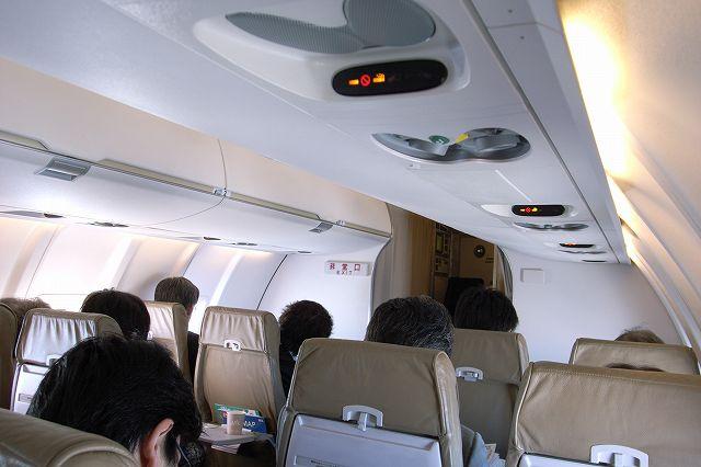 CRJ-200機内