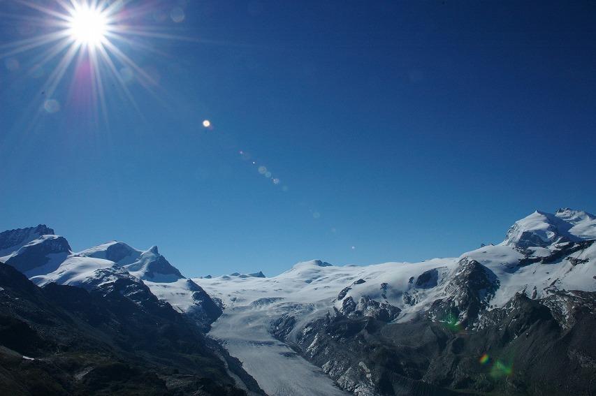 フィンデル氷河と標高4,634mモンテローザ(右側)