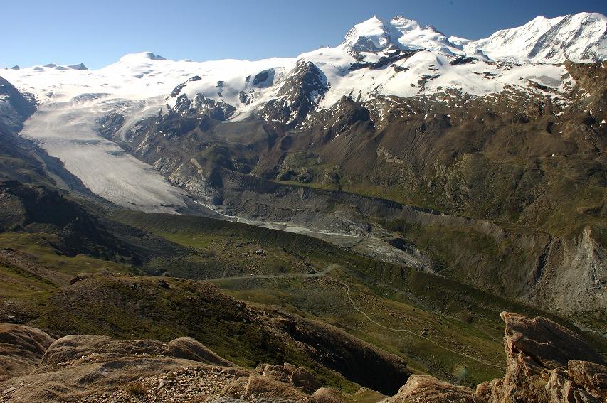 フィンデル氷河とフルハルプレストランと氷河の浸食でできた尾根